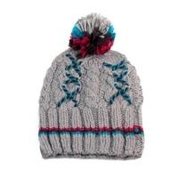 Šedá čepice se zimním vzorem