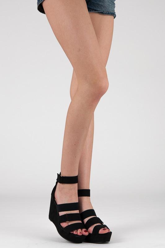 e6a87060b46 ... Sandále    Černé pohodlné sandály na klínku. Previous  Next