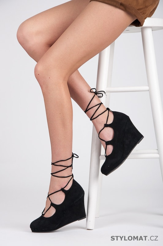 ... Lodičky    Šněrovací černé boty na klínu. Previous  Next 19a1f0620a