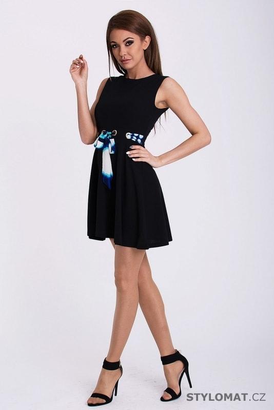 d5f1ba1eb85 Hladké černé šaty zdobené zajímavým páskem - YNS - Party a koktejlové šaty