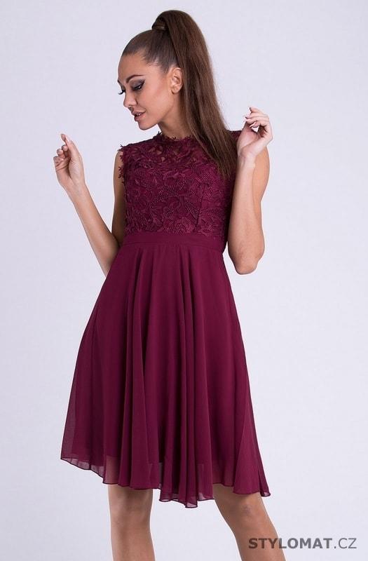 1c4cb480870 Krátké společenské šaty s krajkovým vrškem vínovofialové - Emamoda - Krátké  společenské šaty