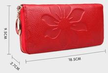 Krásná dámská peněženka se vzorem květů červená