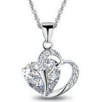 Romantický přívěsek ve tvaru srdce s bílým kamenem