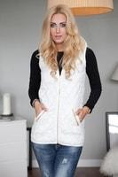 Dámská bílá prošívaná vesta s kapucí
