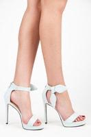 Semišové blankytně modré sandálky s mašlí