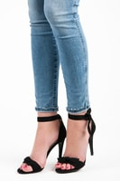 Černé sandály na jehlovém podpatku s vázáním