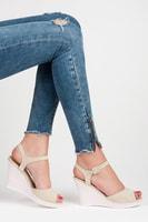 Letní obuv na zdobeném klínu béžová