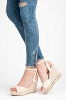 Béžové sandály na klínu se cvoky