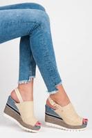 Textilní sandály na klínu se vzorem béžové
