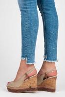 Pohodlné sandály na korkovém klínu béžové