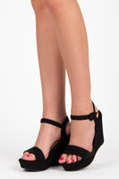 Černé boty na klínu se zapínáním s přezkou