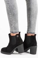 Semišové boty na sloupku