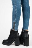 Klasické boty na sloupku