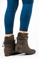 Semišové boty na klínu khaki