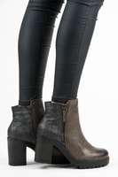 Kotníkové boty na sloupku a platformě hnědé