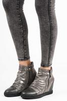 Stříbrné kotníkové boty na klínu