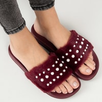 Bordó chlupaté pantofle s perličkami