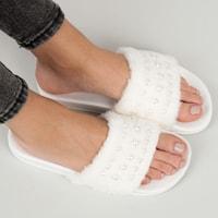 Bílé chlupaté pantofle s perličkami